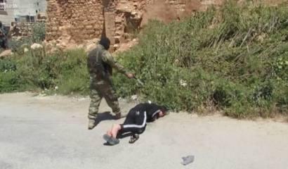 miliziano di al Nusra spara il colpo di grazia