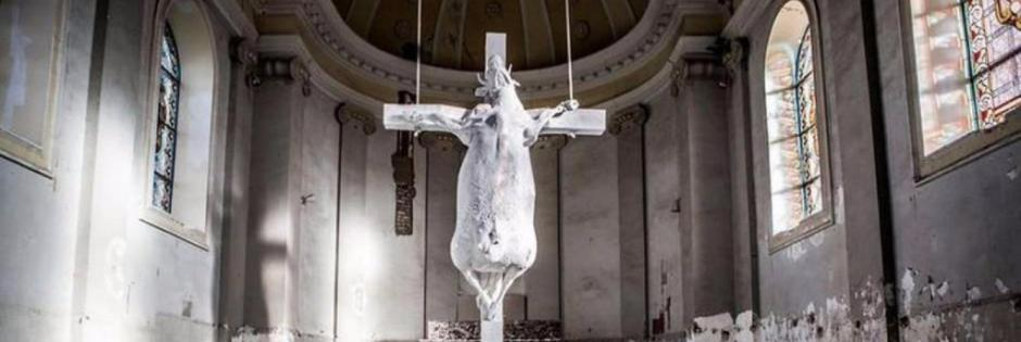 Una vacca crocifissa in chiesa davanti all'altare. L'ultima frontiera dell'arte belga