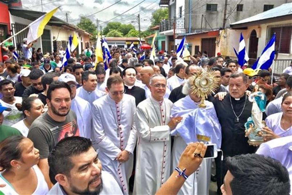 I vescovi in processione contro le violenze in Nicaragua (foto via twitter)