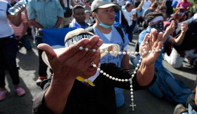 Manifestanti con il rosario