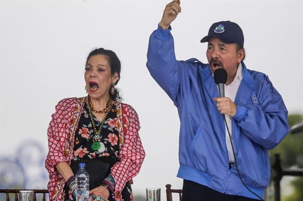 Il presidente Ortega e la viceoresidente, la moglie Rosario Murillo (Lapresse)