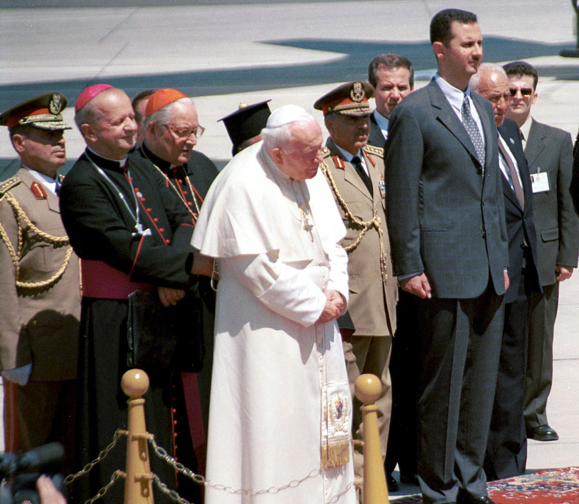 Giovanni Paolo II assieme a Bashar al Assad durante una visita apostolica in Siria nel 2001 (LaPresse)