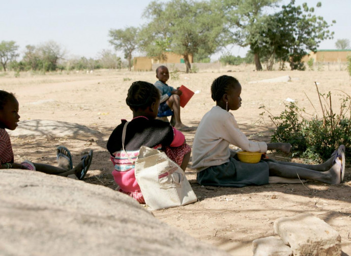 Burkina Faso, scolari in attesa di lezioni (altro bersaglio jihadista sono le scuole)